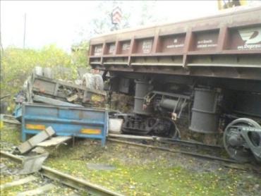 """В Чехии поезд разнес вдребезги """"Татру"""", водитель грузовика погиб"""