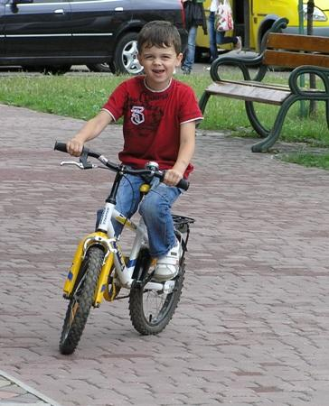 Рухатися по дорозі на велосипедах дозволяється особам, які досягли 14 років
