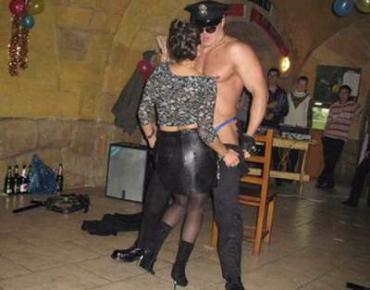 Лилия Валериевна Томашевская танцует стриптиз в ночном клубе