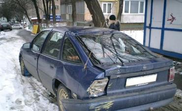 В Киеве трамвай остановился лишь в полуметре от Opel Vectra