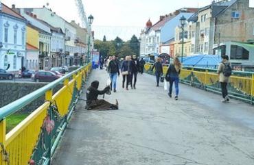 Пешеходный мост в Ужгороде превратился из моста любови в мост попрошайничества