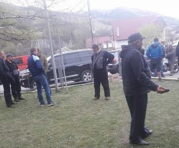 В Закарпатье предприниматели перекрыли дорогу лесовозами на Богданскую долину