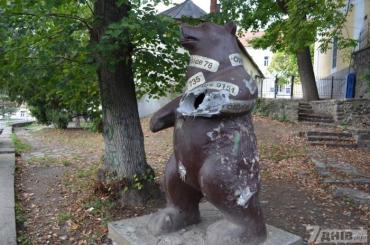 Пам'ятнику ужгородському ведмедю відірвали нуля