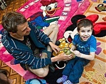 Волонтер из Праги и пациент дома-интерната в комнате дома-интерната в Закарпатье