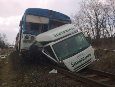 Кабину тягача поезд протащил перед собой более 100 метров