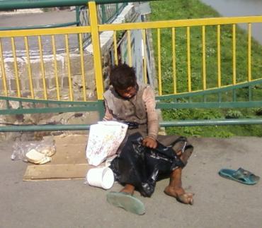 В Ужгороді на пішохідному мості жебракує жінка-каліка