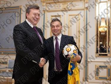 В.Янукович подарил В.Орбану футбольный мяч и форму