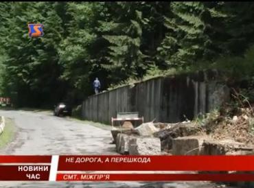 Транспорт проезжает по одной полосе дороги Межгорье-Буштыно