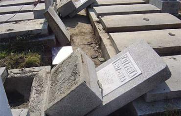 На еврейском кладбище в Бухаресте было разрушено более 130 могил и свыше 100 надгробий