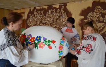 Мастера расписывают писанку геометрически растительным орнаментом Иршавщины