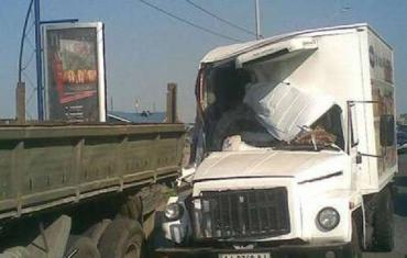 В столице грузовики столкнулись и образовали пробку