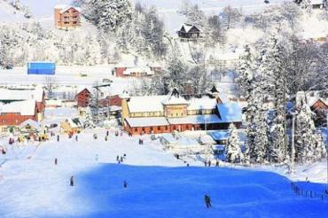 Даже в сильные морозы на лыжных трассах Карпат многолюдно
