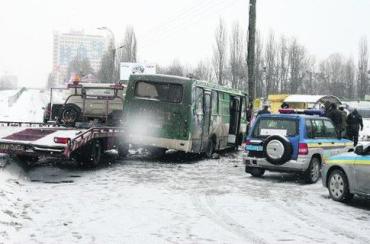 В Киеве эвакуатор протаранил маршрутку, погибла женщина