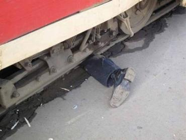 В Киеве мужчина погиб под трамваем из-за какой-то мобилки