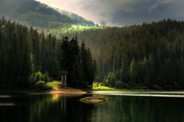 Синевир полюбили тысячи туристов за красоту природы и чистоту воды