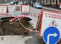 Бетонный забор упал на автомобили в Москве