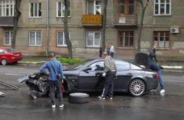 "В Одессе студент-юрист на крутом ""Мерсе"" протаранил Maserati"