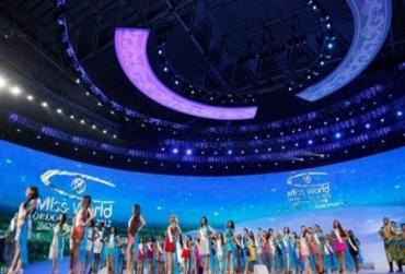 Участницы во время церемонии открытия конкурса в Ордосе