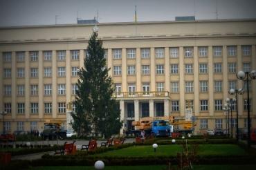 Сегодня, 15 декабря, в Ужгород привезли главную новогоднюю елку