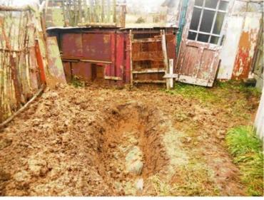 В Великих Лазах дочь похоронила мать на огороде около дома