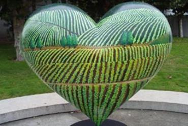 Японский фермер вырастил арбузы в форме сердца