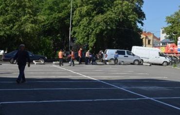 Машинам отдали пешеходную зону на площади Шандора Петефи