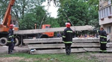 Залізобетонна плита придавила двох людей на Закарпатті