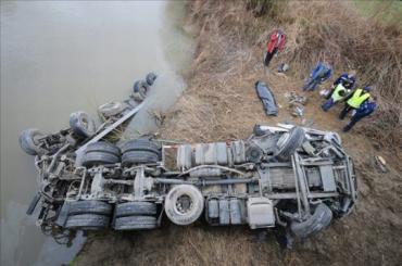 Грузовик с прицепом упал с моста в реку Раба