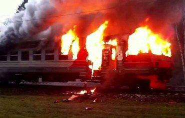 Люди на ходу выпрыгивали с горящего поезда
