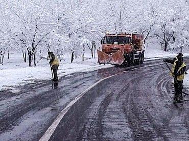 Спецтехника автодорожников продолжает расчищать дороги в Закарпатье