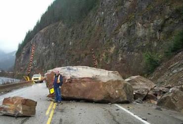 Посреди дороги Киев-Чоп упала глыба весом почти 8 тонн