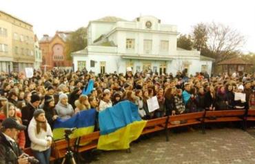 Студенты УжНУ на площади Театральной объявили о забастовке