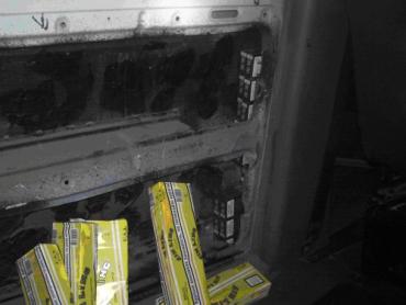 Виявлені сигарети знаходилися в пустотілій порожнині задньої дверки