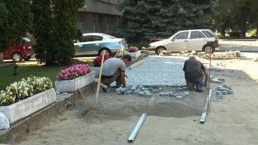 Площу перед Ужгородською міськрадою облаштовують новою бруківкою.