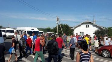 Люди перекрили дорогу, протестуючи проти рішення депутатів сільської ради