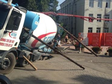 Аби вантажівка не перекинулася, її довелося підперти підручними засобами