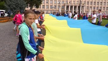 23 серпня синьо-жовтий стяг майорів по усій Україні.