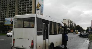 В ужгородській маршрутці №21 на брудні сидіння пасажирів капає вода.