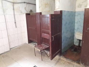 У платному громадському туалеті в центрі Ужгорода — повна антисанітарія!