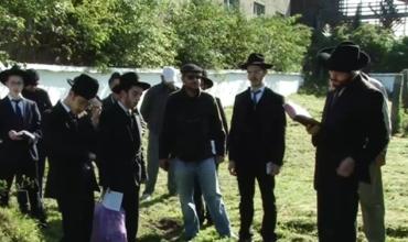 На Свалявщині вандали зруйнували надгробки на єврейському кладовищі
