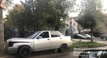 Ужгород. ВАЗ врізався в електричний стовп