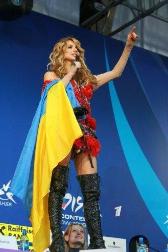 Гарная украинка, запрыгнув на стол, что есть сил, запела свою песню