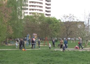 Зеленую зону возле многоэтажки на улице Легоцкого хотят застроить