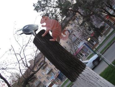 В Ужгороде на спиленных деревьях живут железные звери и птицы