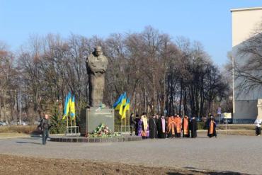 В Ужгороде чиновники возложили цветы к подножию памятника Великому Кобзарю