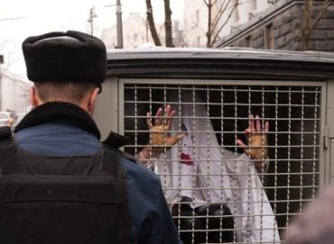 Охранники Кабмина не узнали приближенную Азарова и затоптали