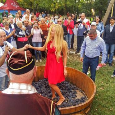 Альпинистка присоединилась и к изготовлению настоящего береговского вина