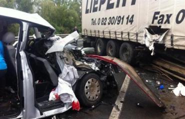 На трассе Киев-Чоп мясорубка: фура раздавила два автобуса