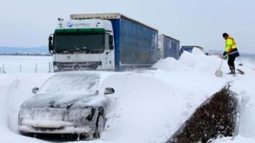 Десятки автомобилей увязли в Венгрии в сугробах на трассе M1