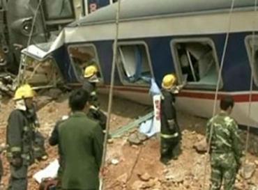 В аварии поездов погибли, по меньшей мере, два человека, еще 100 получили ранения